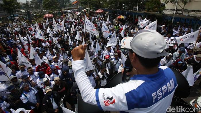 Ribuan buruh dari Konfederasi Serikat Pekerja Indonesia (KSPI) menggeruduk kantor Kementerian Ketenagakerjaan (Kemnaker). Mereka menuntut kenaikan UMP.
