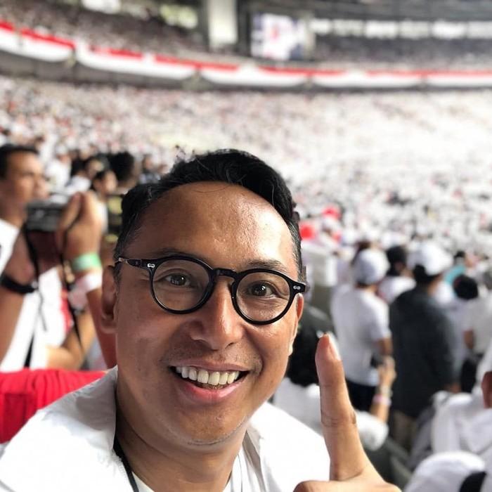 ebelum jadi politisi, Nico dikenal sebagai presenter. Salah satu acara hitsnya adalah kuis Kata Berkait di RCTI. Foto: Instagram junicosiahaan