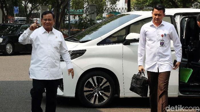 Plat nomor mobil Menteri Pertahanan Prabowo Subianto ramai diperbincangkan publik. Mobil tersebut memakai pelat dinas khusus Kementerian Pertahanan.