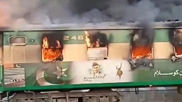Penampakan salah satu gerbong kereta yang terbakar (REUTERS/Asghar Bhawalpuri/via REUTERS TV)