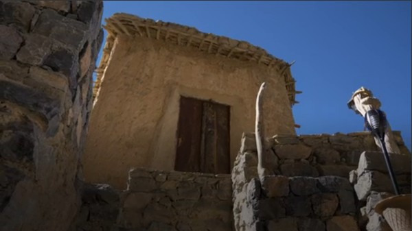 Siksaan paling menyiksa datang ketika musim dingin. Rumah-rumah orang Al Sogara terbuat dari tanah liat yang menempel dengan tebing. Cara ini sudah dilakukan oleh leluhur mereka sejak pertama kali menginjakkan kaki di Al Sogara (BBC)