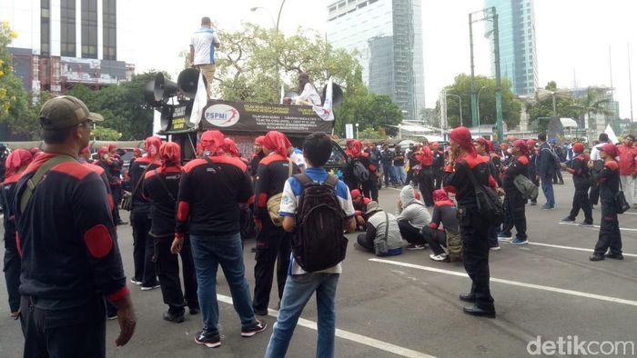 Foto: Masa Buruh Muali Padati Kantor Kemnaker (Anisa Indraini/detikcom)