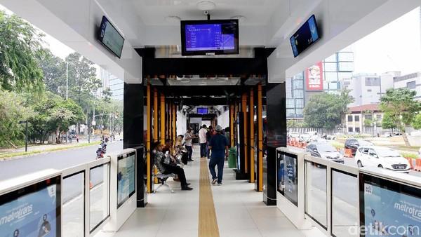 Halte TransJakarta yang pembangunannya itu mulai dilakukan sejak Agustus 2019 itu diketahui dapat menampung hingga 500 penumpang.