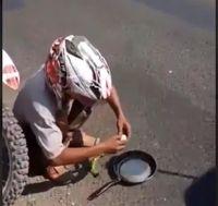 Cuaca Masih Panas, Pria Ini Biasa Masak Telur Pakai Petai di Jalanan
