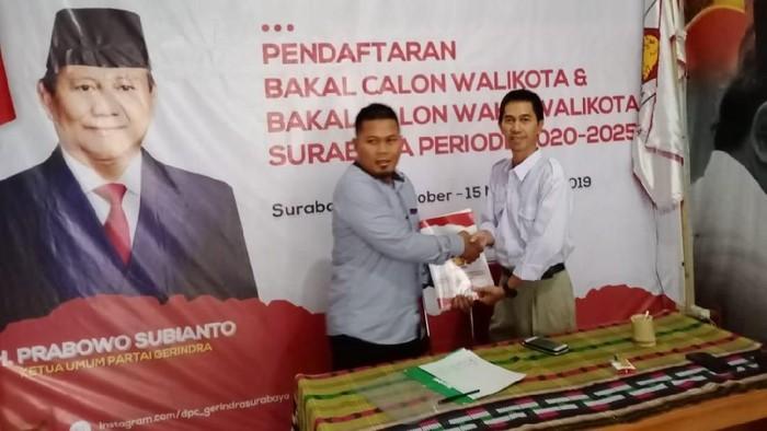 Saat utusan Ahmad Dhani mengambil formulir pendaftaran di DPC Gerindra/Foto: Istimewa