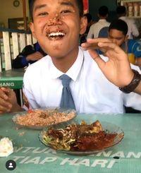 Unggah Tutorial Makan Unik, Bocah SMA Ini Bikin Netizen Ngakak