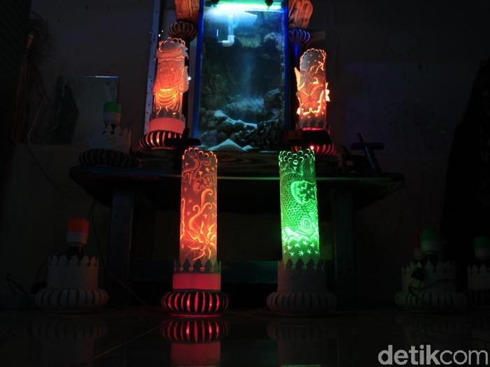 Eks narapidana di Bandung Barat membuat lampion pipa. (Yudha Maulana/detikcom)