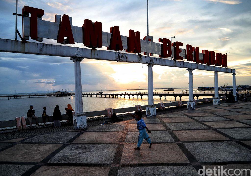 Taman Berlabuh di Tarakan, Kalimantan Utara, ramai didatangi warga sekitar. Tak sedikit warga yang datang ke taman itu untuk menyaksikan matahari terbenam.