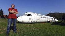 Pria Ini Beli Pesawat Jet Bekas, Parkirnya di Halaman Rumah