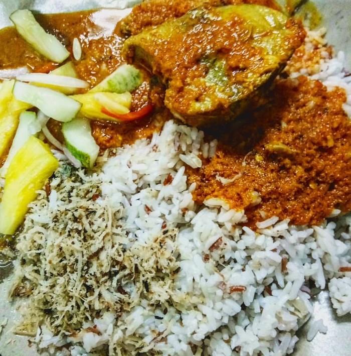 Selain nasi lemak, Malaysia punya menu sarapan nasi dagang. Nasi gurih diberi lauk sederhana, gulai ikan dan acar mentimun plus sambal. Gurih pedas mengenyangkan. Foto : Instagram @nrlzlz