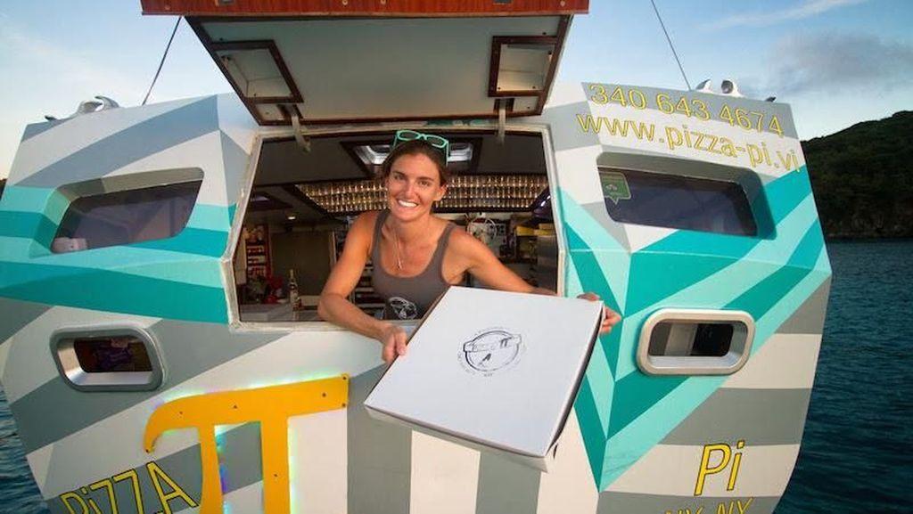 Keren! Restoran Pizza Ini Terletak di Atas Kapal di Tengah Lautan