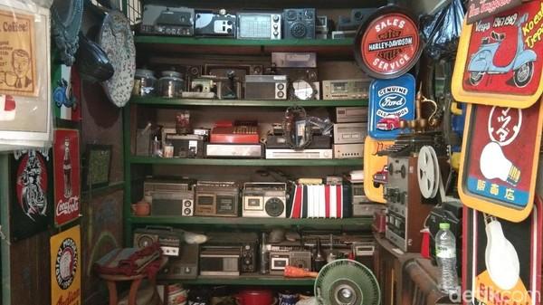 Radio-radio model kuno yang berjejer dengan berbagai macam tipe. Kamu mau pilih yang mana? (Tasya/detikcom)