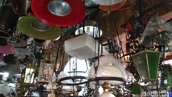 Ada juga lampu-lampu hias antik yang menggantung. Bentuknya cantik dengan berbagai pilihan warna (Tasya/detikcom)