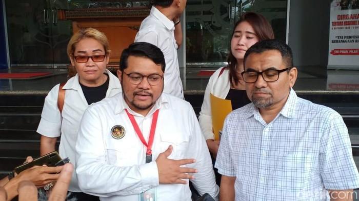 Ketua Harian DKM Al-Falah, Ferry (kanan), dan pengacara Ninoy, Angga Busra Lesamana. (Wildan/detikcom)