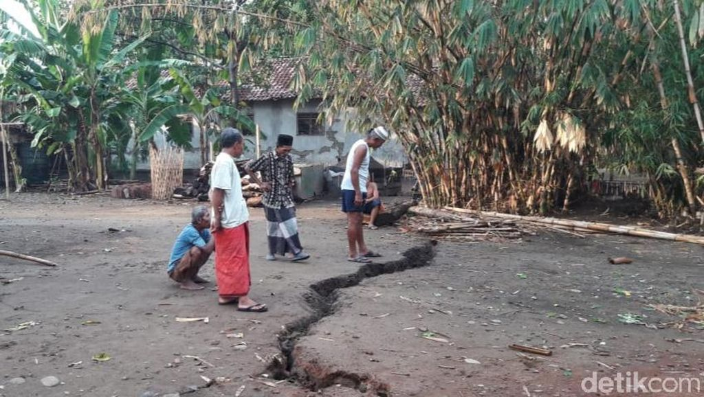 Tanah Retak Sepanjang 70 Meter Ancam Belasan Rumah di Pemalang