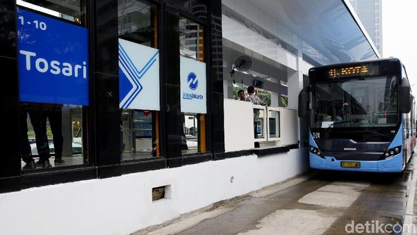 Selain desainnya yang nampak lebih modern dengan mengusung konsep futuristik, halte TransJakarta Tosari baru ini juga nampak lebih panjang sehingga akses penumpang yang naik dan turun di halte ini lebih bebas dan lapang.