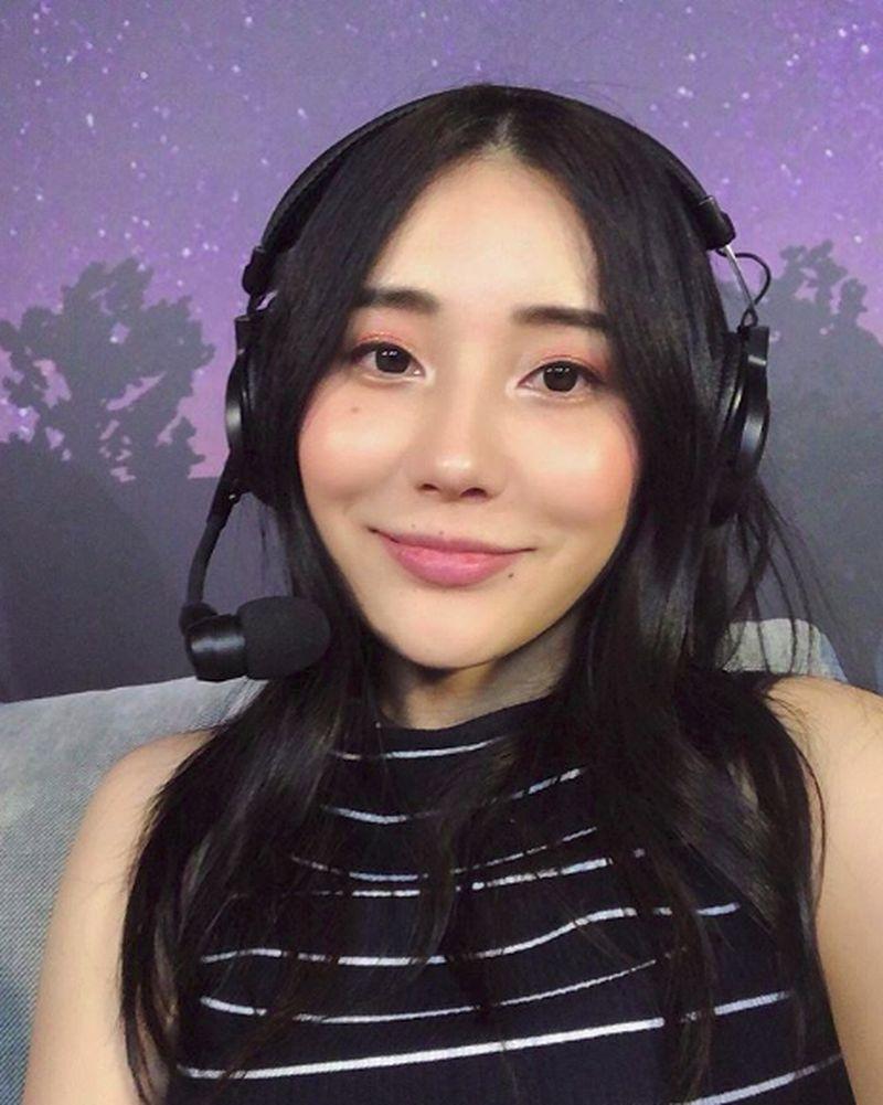 Pinda Rika Dorji merupakan YouTuber sekaligus gamer pro yang cukup tereknal di media sosial. Perempuan asal Bhutan ini tidak hanya pamer kebolehan main game saja, namun juga pamer jalan-jalan (pindapandaonly/Instagram)