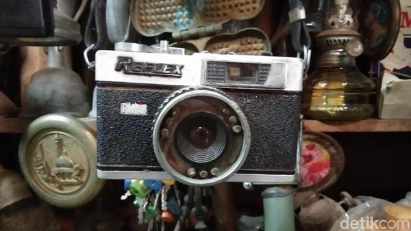 Kamera merek reflex yang menggantung menjadi salah satu perhatian pengunjung. Modelnya tak kalah dengan kamera hits saat ini. (Tasya/detikcom)