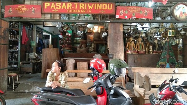 Pasar Triwindu berlokasi di Solo ini menyimpan berbagai barang antik. Banyak pengunjung yang tertarik untuk mengunjungi tempat ini. (Tasya/detikcom)