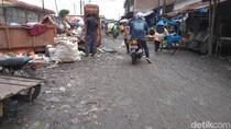 Warga Keluhkan Tumpukan Sampah di Jalanan Pasar Padang Bulan Medan