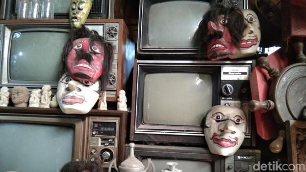Ada televisi-televisi model kuno yang tertumpuk. Bagi sebagian wisatawan yang berkunjung melihat barang-barang antik di sini mengingatkan beberapa tahun lalu.(Tasya/detikcom)