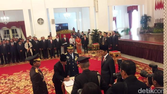 Jokowi melantik Idham Azis jadi Kapolri. (Marlinda/detikcom)