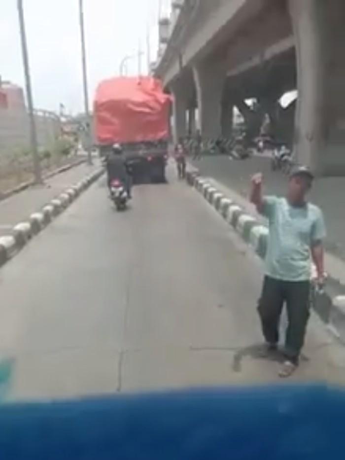 Video viral pemalakan terhadap sopir truk di Pelabuhan Tanjung Priok (Foto: Screenshot Facebook)
