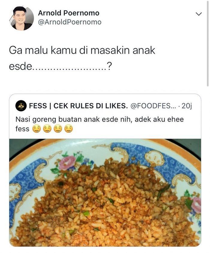 Saat netizen memamerkan nasi goreng buatan adiknya yang masih SD, chef Arnold justru memberi komentar pedas. Ga malu kamu di masakin anak esde? Foto: Twitter