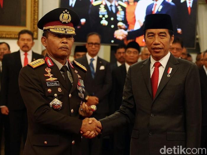 Presiden Joko Widodo (Jokowi) resmi melantik Komjen Idham Azis sebagai Kapolri. Begini momennya.