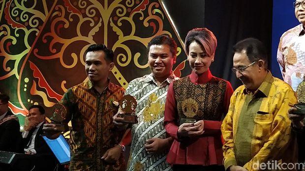 Penghargaan UI Awarding Night diterima Wapimred detikcom, Elvan Dany Sutrisno (kedua dari kiri).