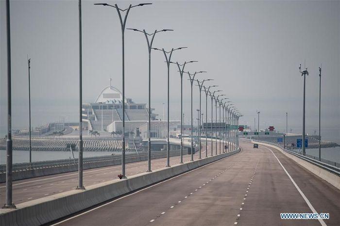 Diluncurkan pada 23 Oktober tahun lalu, jembatan sepanjang 55 km ini dikenal sebagai jembatan lintas laut dan terowongan terpanjang di dunia.Foto: Dok. Xinhua/Cheong Kam Ka