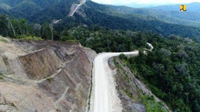 Sejak 2018, Jalan Trans di Provinsi Papua Barat sepanjang 1.071 km telah tersambung dan terus ditingkatkan kondisinya hingga tahun 2019 yang sudah beraspal sepanjang 743 km dan sisanya masih agregat atau perkerasan tanah. Jalan Trans Papua Barat terbagi menjadi dua segmen/ruas yaitu segmen I Sorong-Maybrat-Manokwari (595 km) yang menghubungkan dua pusat ekonomi di Papua Barat yakni Kota Sorong dan Manokwari yang kini dapat ditempuh dalam waktu 14 jam. Pool/Kementerian PUPR.