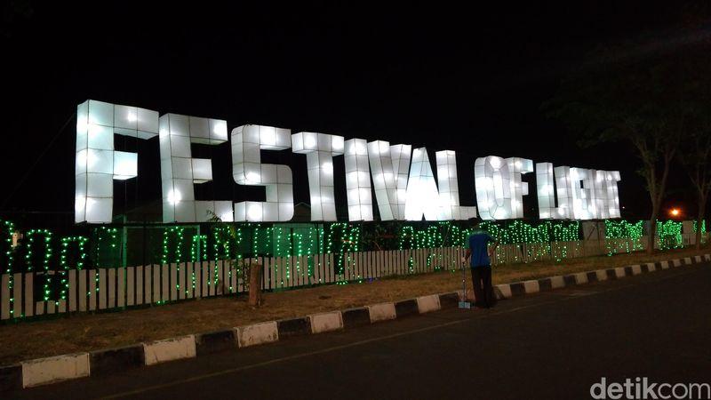 Festival of Light bisa disebut juga taman lampion. Lokasinya berada di area Grage City Kota Cirebon, Jawa Barat. Konsep taman lampion di festival tersebut terbilang unik, lebih menonjolkan hewan purbakala. (Sudirman Wamad/detikTravel)