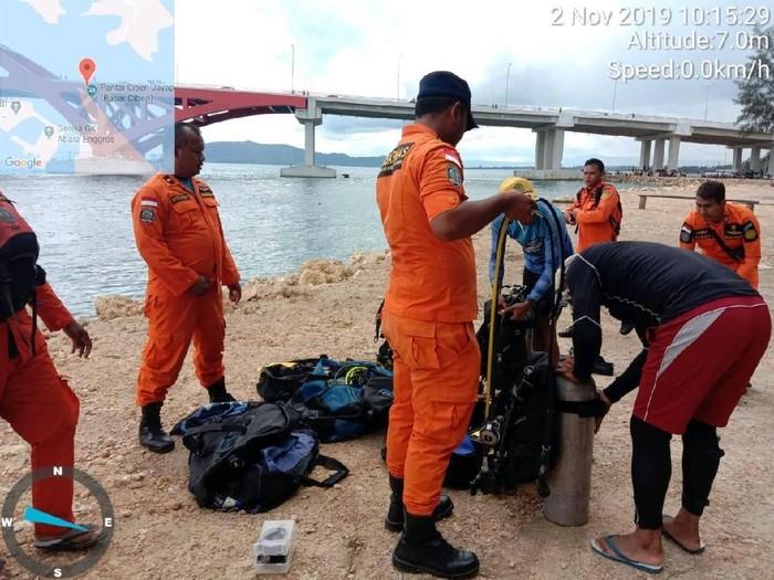 Tim SAR saat melakukan operasi pencarian Respi yang jatuh dari Jembatan Youtefa, Jayapura, Papua. (Foto: Dok. Istimewa)