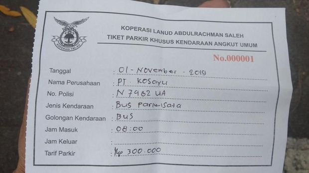 Kuitansi tarif parkir bus Rp 300 ribu