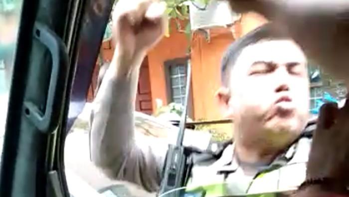 Oknum polisi memukul sopir ambulans yang membawa pasien. (Foto: Screenshot video)