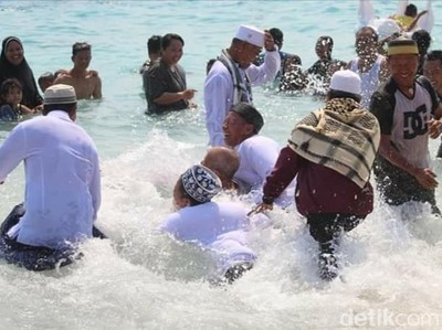 Rebo Bontong, Ritual Mandi Bersama Suku Sasak