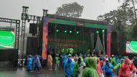 Hujan-hujan, Luhut dan Budi Karya Rayakan Ultah Gojek di GBK