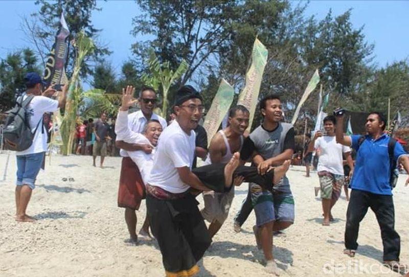 Rebo Bontong atau Mandi Safar. Umumnya ritual adat ini juga dilakukan oleh masyarakat Suku Sasak. Salah satunya warga di Desa Gili Indah, Kabupaten Lombok Utara. (Harianto Nukman/detikTravel)