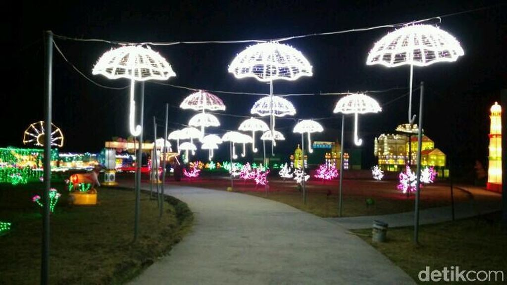 Foto: Kerlap-kerlip Lampion di Festival of Light Cirebon