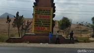 Warga Sekitar PLTU Paiton Minta Kerjaan dengan Pasang Banner Tuntutan