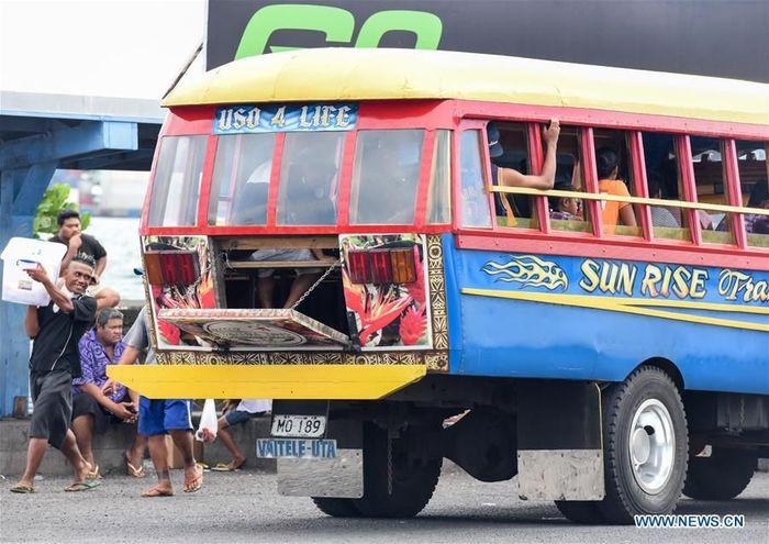 Transportasi umum yang biasa digunakan di Samoa adalah bis umum yang dapat dibuka bagian belakangnya.Foto: Dok. Xinhua/Guo Lei