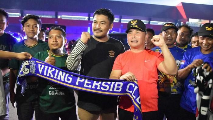 Foto: Gubernur Kalteng Sugianto Sabran berpose dengan pendukung Persib (Asep/Diskominfo)