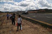 Para penumpang Susi Air baru mendarat di Bandara Yuvai Semaring, Long Bawan.