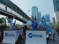 CEO DANA Vincent Iswara dan Petinggi DANA lainnya menggunakan DANA Box dalam Parade DANA 11.11 di Jalan Sudirman-Thamrin, Minggu, (3/11/2019) /