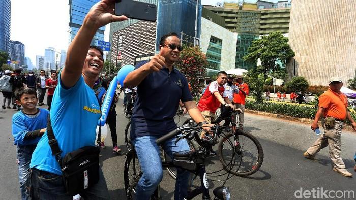 Gubernur DKI Jakarta, Anies Baswedan melakukan inspeksi car free day (CFD) di kawasan Bundaran Hotel Indonesia (HI), Jakarta Pusat, Minggu (03/11/2019). Saat tiba inspeksi, Anies menggunakan sepeda.