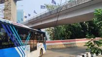 Ada Kabel Menjuntai Dekat Halte Tendean, Nyaris Kenai Bus TransJ
