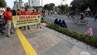 Sebelumnya, Dishub DKI Jakarta membagi aktivitas CFD dalam 3 zona, yaitu hijau, kuning, dan merah. Nah, untuk zona merah, PKL sama sekali tidak boleh berjualan. Lokasinya dari Wisma BNI 46-Bundaran HI-Sarinah. Pemprov DKI melarang adanya aktivitas berjualan di badan jalan maupun trotoar.