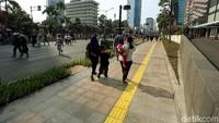 Warga bisa leluasa melintas di trotoar kawasan Bundaran Hotel Indonesia.