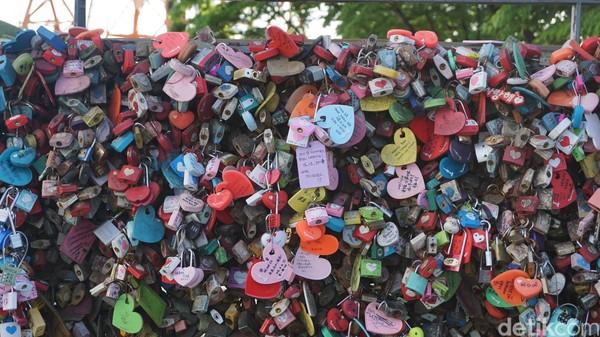 Ada banyak gembok cinta yang bertempuk di Namsan Tower. Sampai-sampai sudah karatan! (Afif Farhan/detikcom)